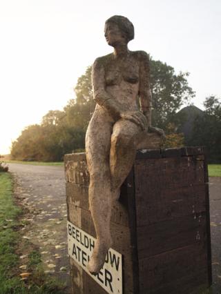 Zittende vrouw op oprit van Stal268